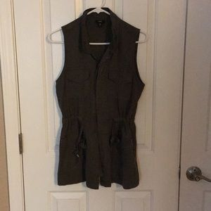 Mossimo vest. Ties at waist. 4 pockets on front.